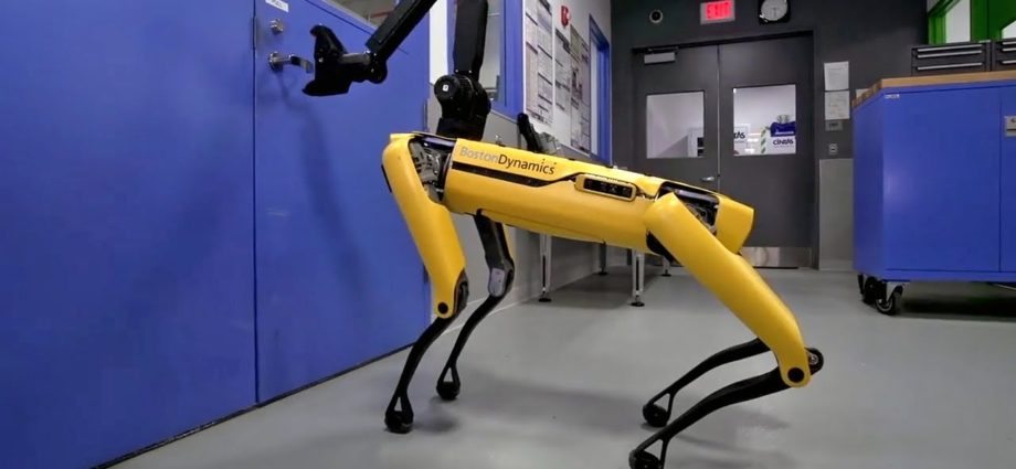Un nouveau robot de Boston Dynamics, ressemblant à un chien, peut ouvrir des portes